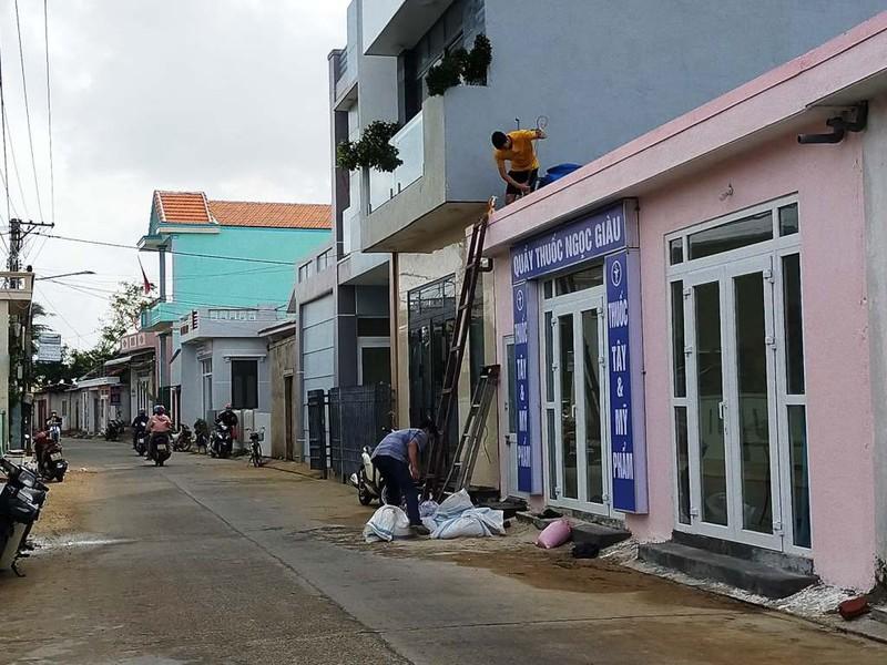 Người dân huyện đảo Lý Sơn giằng chống nhà cửa.