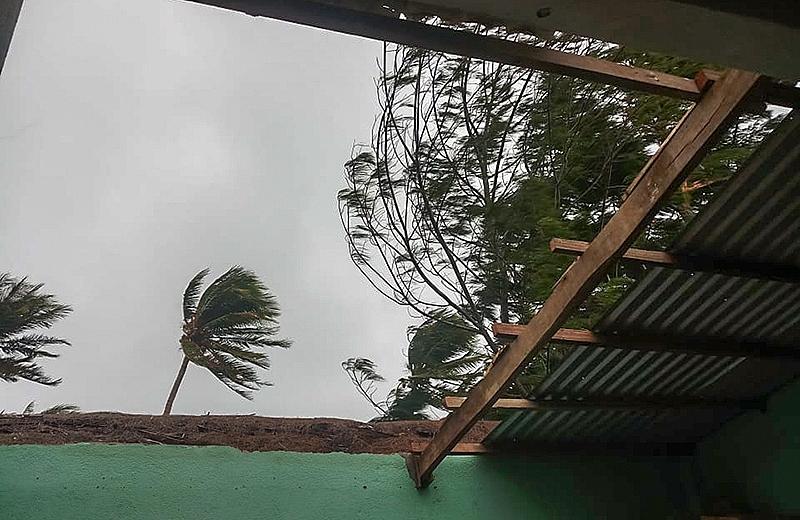 Mái tôn nhà anh Bùi Minh ở đảo Bé vừa bị tốc sáng nay.