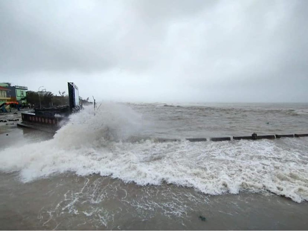 Sóng biển cao, gió giật mạnh tại Lý Sơn.