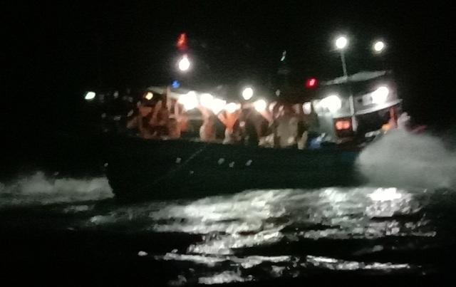 Tàu cá Tiền Giang với 9 ngư dân đang mắc cạn tại đảo Lý Sơn