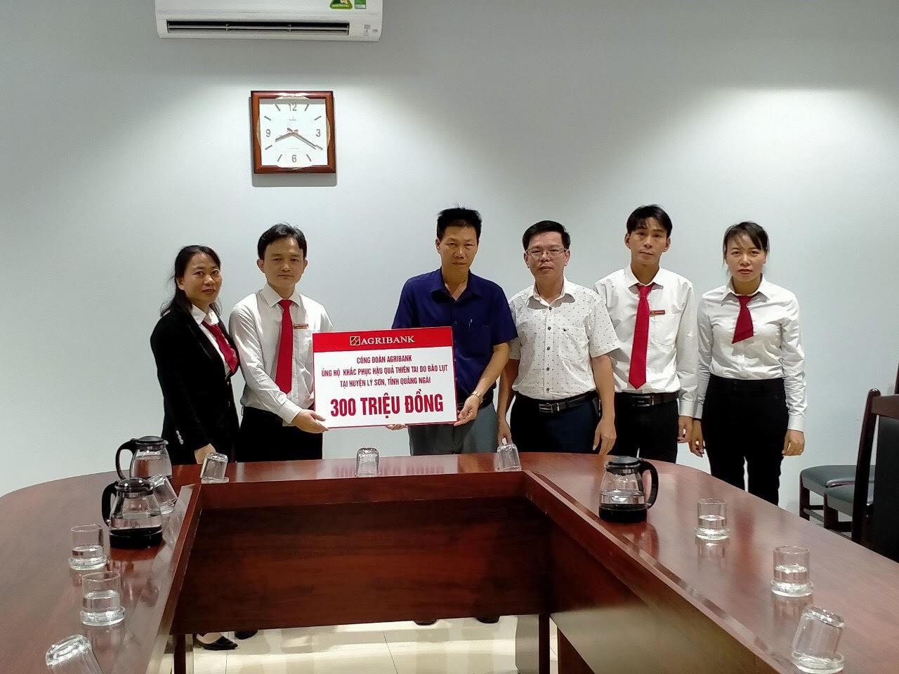 Agribank cũng đã ủng hộ người dân huyện Lý Sơn bị ảnh hưởng do bão số 9, với số tiền 300 triệu đồng.