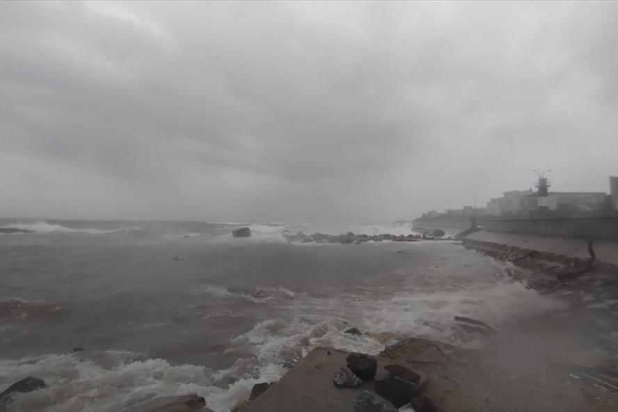 Sóng biển bảo vây huyện đảo Lý Sơn.