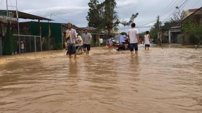 Nhiều vùng trũng ở Quảng Ngãi ngập trong nước. Người dân được di dời để đảm bảo an toàn