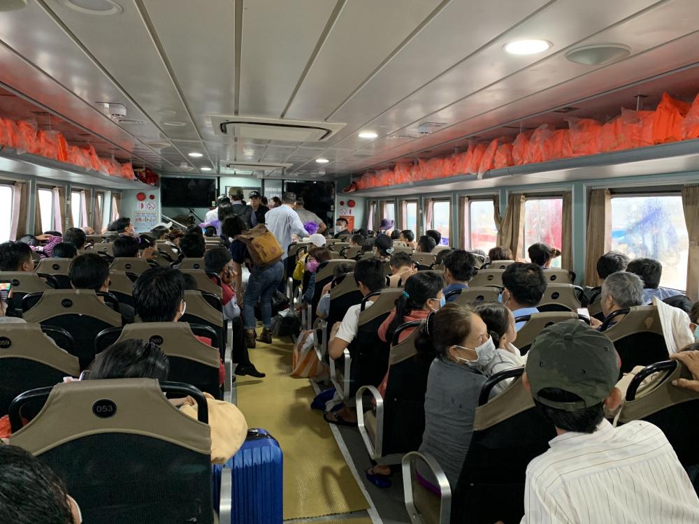 Tàu vận chuyển hành khách tuyến Sa Kỳ - Lý Sơn và ngược lại phải ngừng hoạt động khi vùng biển Quảng Ngãi có gió cấp 6 trở lên