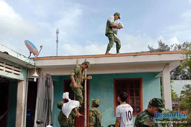 Lực lượng vũ trang giúp dân chằng chống nhà cửa phòng chống bão