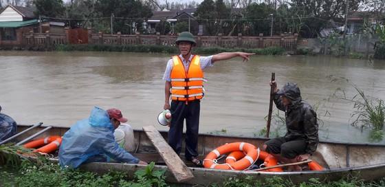 Các cán bộ đang hướng dẫn người dân các vùng thấp trũng tổ chức di dời, sơ tán dân trên địa bàn huyện Bình Sơn, tỉnh Quảng Ngãi