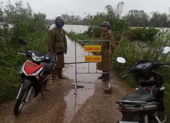 Các khu vực nước chảy siết, ngập sâu trên địa bàn huyện Bình Sơn đã cắm biển cảnh báo nguy hiểm