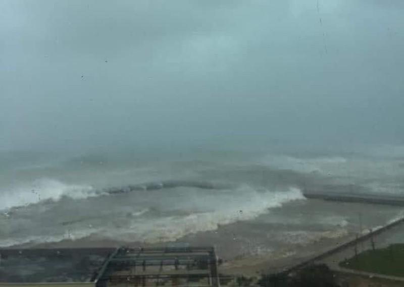 Lý Sơn biển động dữ dội, cột sóng cao 4-5 mét