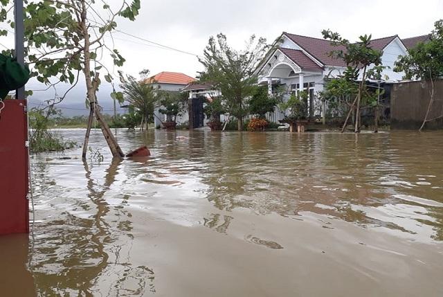 Một khu vực của thị trấn Chợ Chùa (huyên Nghĩa Hành) đang bị ngập sâu.