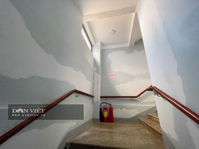 Dọc theo các hành lang đều bị thấm ướt.