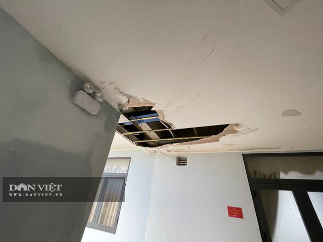 Việc thấm dột nặng xảy ra gần như ở khắp nơi trong tòa nhà của công trình.