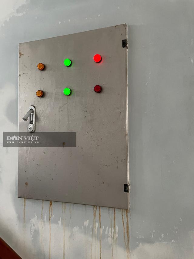 Ngay cả phần hệ thống điện bên trong cũng bị thấm dột.