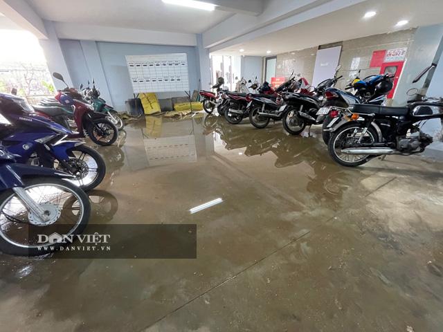 Nước đọng thành từng vũng ở khu vực gửi xe của toàn nhà.