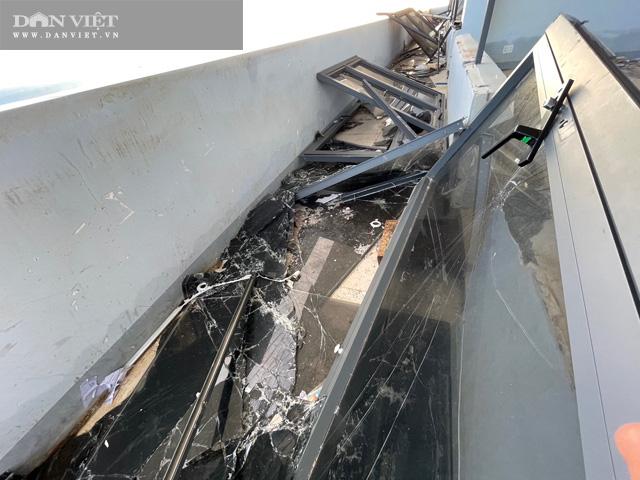 Kính vỡ được dọn để tạm nằm giăng dài trên máng nước.