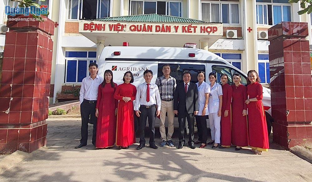 Đại diện Agribank và y bác sĩ Trung tâm Y tế Quân Dân Y kết hợp huyện Lý Sơn tại lễ trao tặng xe