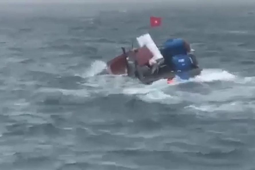 Cứu sống 5 người trên tàu hàng bị chìm phải nhảy xuống biển
