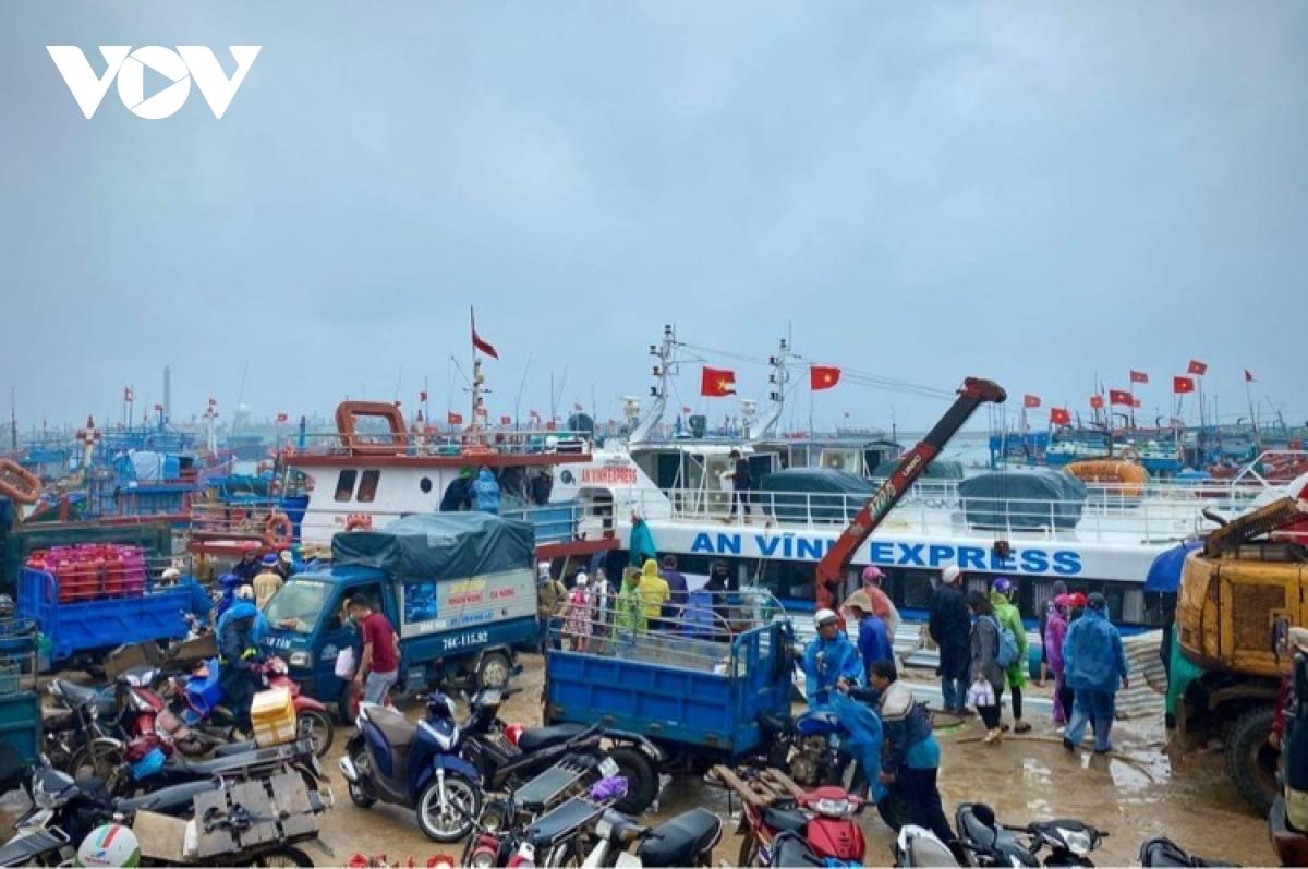 Các tàu vận tải hàng hoá tuyến Sa Kỳ - Lý Sơn liên tục tăng cường phiên chuyến chở hàng tết ra đảo phục vụ người dân