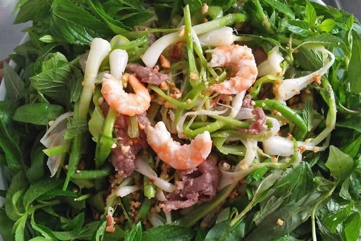 Tỏi non được dùng chế biến món gỏi và nhiều món ăn thơm ngon khác