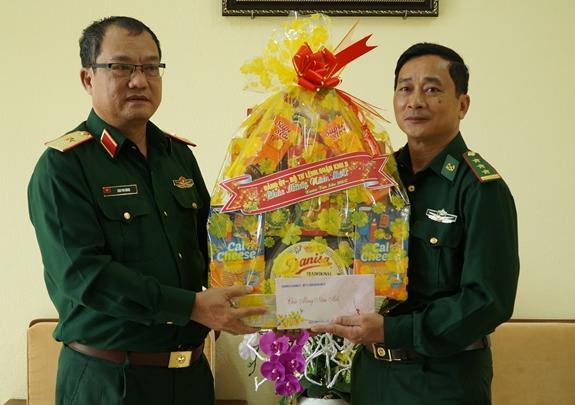 Lãnh đạo Quân khu 5 tặng quà Tết cán bộ, chiến sĩ Đồn Biên phòng Lý Sơn.