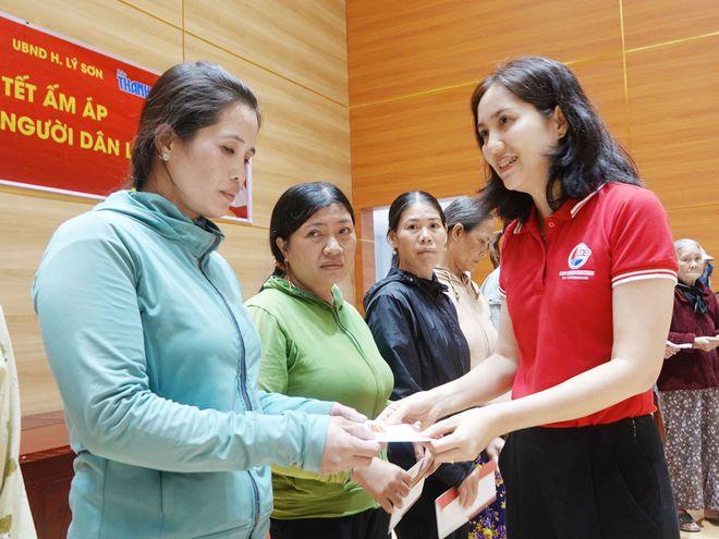 Đại diện Công ty CP tàu Cao tốc Phú Quốc trao quà tết cho người dân Lý Sơn