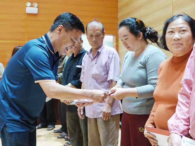 Nhà báo Nguyễn Đức Tú trao quà cho người dân Lý Sơn đón tết