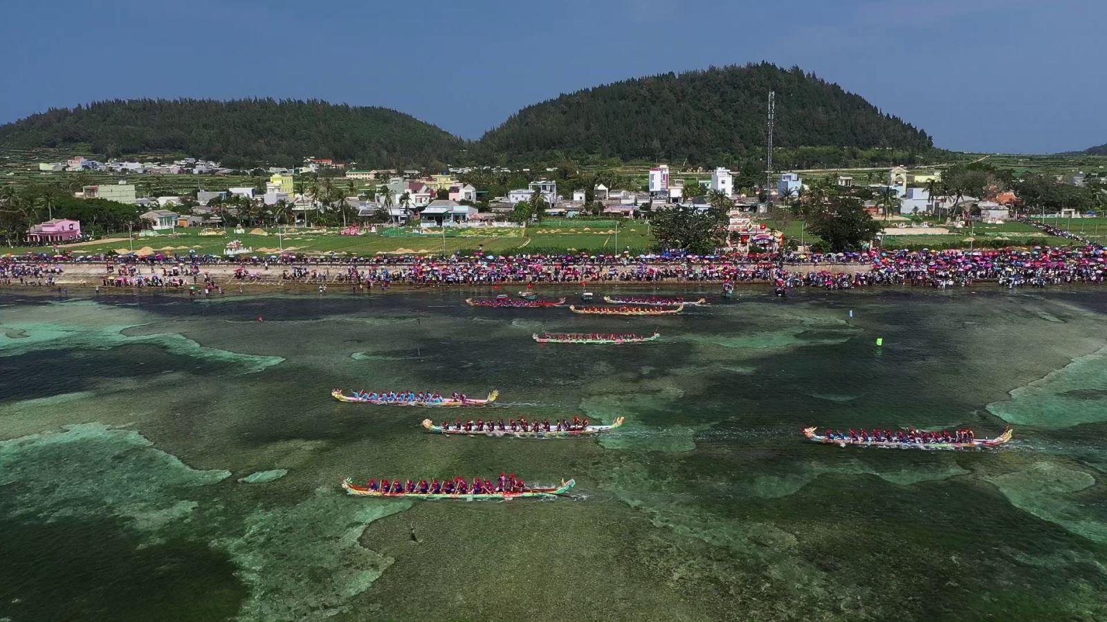 Lễ hội đua thuyền tứ linh ở huyện đảo Lý Sơn.