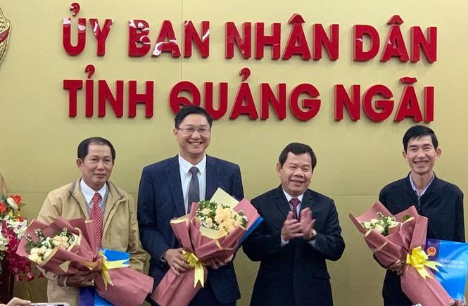Ông Đặng Văn Minh Chủ tịch UBND tỉnh Quảng Ngãi (thứ 2 từ phải sang) trao quyết định điều động và bổ nhiệm chức danh lãnh đạo Sở Nội vụ, Sở Ngoại vụ và Sở Khoa học và Công nghệ.
