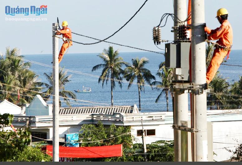 Bảo dưỡng lưới điện quốc gia trên đảo Lý Sơn.
