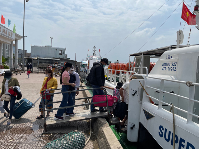 Du khách ra đảo vào sáng 18/2 (mùng 7 âm lịch) tại đầu cảng Sa Kỳ, xã Bình Châu, huyện Lý Sơn.