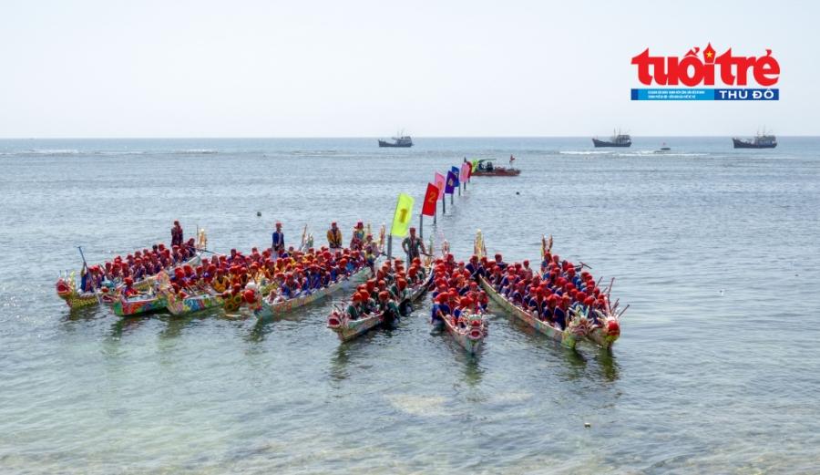 8 đội thuyền tề tựu đông đủ trong ngày đua 8 chiếc.
