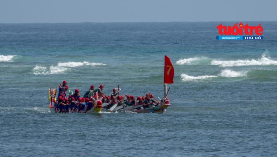 Hai đội thuyền đua cạnh tranh quyết liệt.