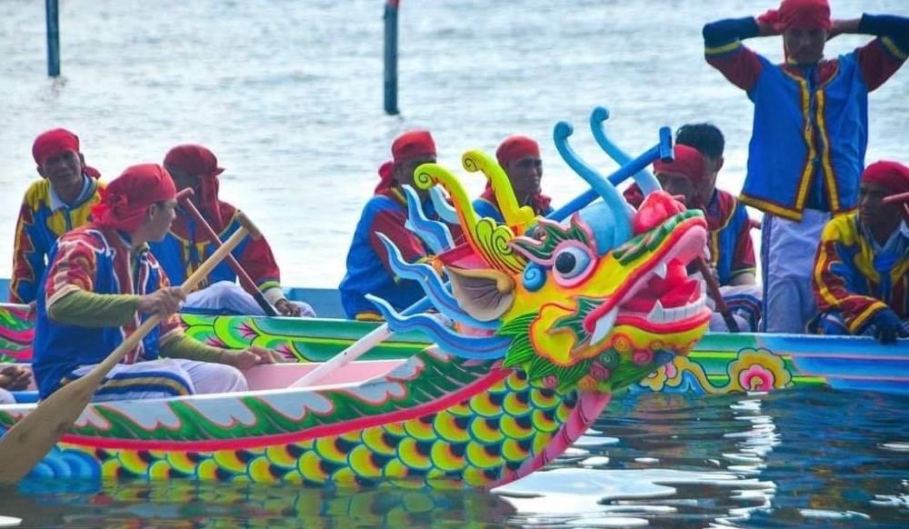 Thuyền Tứ linh An Hải, đại diện cho 4 xóm chuẩn bị cho lễ hội đua thuyền Tân Sửu.
