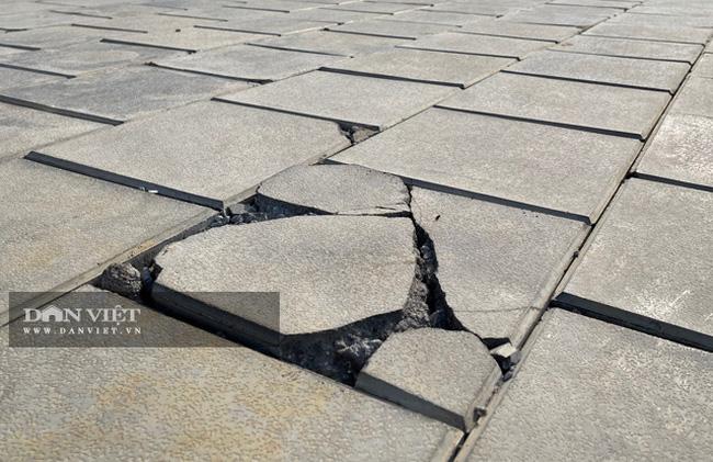 Một vị trí nền gạch của Trung tâm Quảng trường Lý Sơn bị nứt, bể.