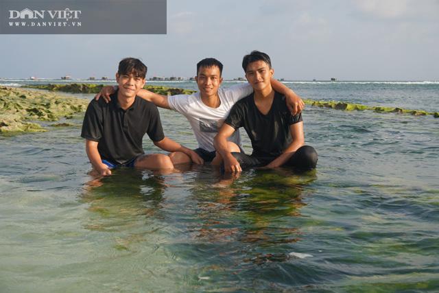 Trong cái nắng ấm đầu xuân, cũng là lúc rêu bắt đầu bao phủ dày trên những rạng đá ven bờ trên đảo Lý Sơn, nơi được mệnh danh là thiên đường du lịch Maldives ở Việt Nam mà bạn không nên bỏ qua trong chuyến đi du lịch sau Tết