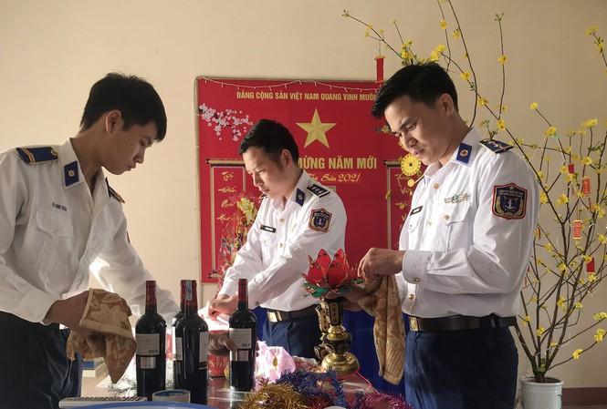 Các cán bộ chiến sĩ chuẩn bị đón Tết tại Trạm 2 Cảnh sát biển.