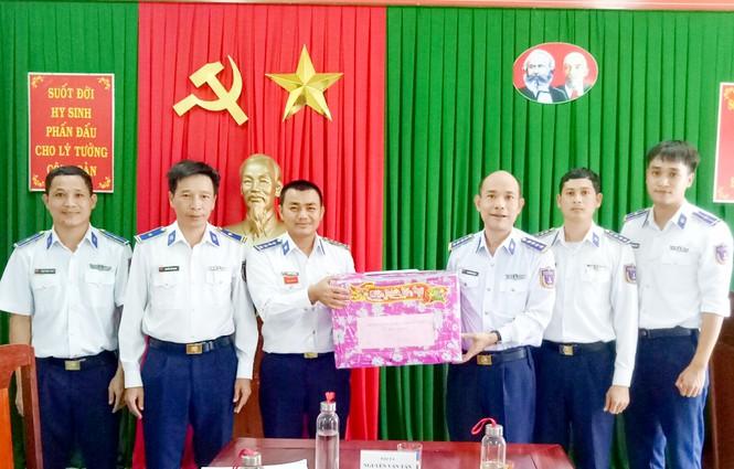 Đại tá Nguyễn Văn Tân, Phó Tư lệnh Vùng Cảnh sát biển 2 tặng quà tết cho cán bộ, chiến sĩ Trạm 2 Cảnh sát biển đóng tại đảo Lý Sơn.