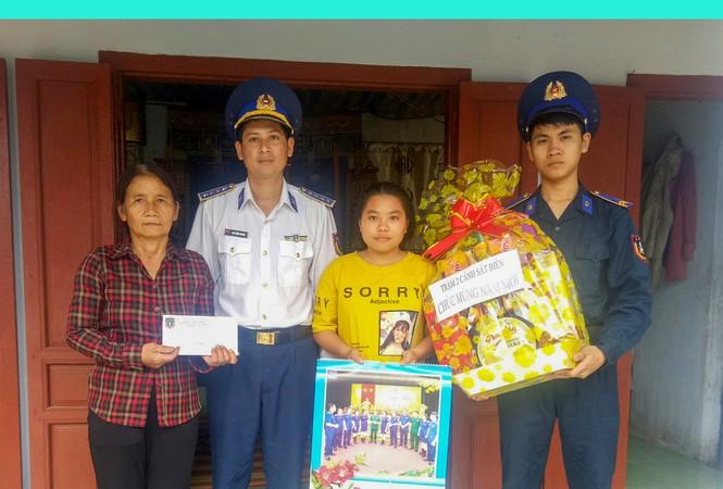 Cán bộ Trạm 2 Cảnh sát biển tặng quà tết gia đình chính sách và học sinh do đơn vị nhận đỡ đầu.