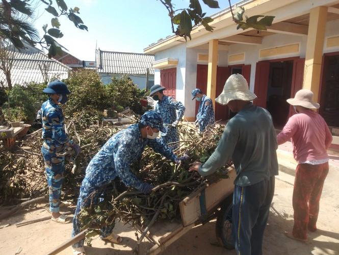 Đoàn viên thanh niên Trạm 2 Cảnh sát biển giúp dân trên đảo Lý Sơn những ngày sát tết Nguyên đán Tân Sửu 2021.