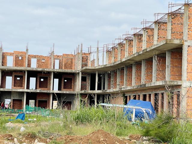 Một hạng mục dự của án Phân khu phức hợp Sài Gòn - Lý Sơn nằm dang dở suốt nhiều năm qua.