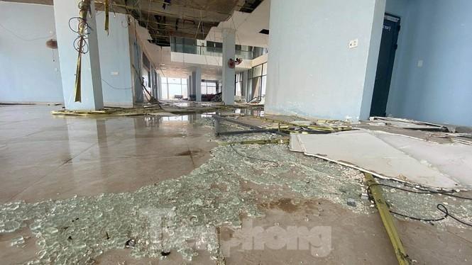 Bên trong nhà ga cảng Bến Đình xơ xác sau bão số 9, tuy nhiên đến nay chủ đầu tư vẫn chưa tiến hành sửa chửa.