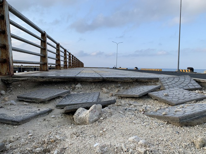Gạch lót trên mặt các lối đi bị sóng biển đánh bay nhiều mảng lớn.