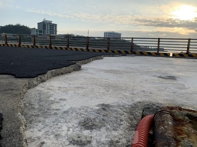 Lớp nhựa đường trên mặt cầu cảng bị rạn nứt, bong tróc.