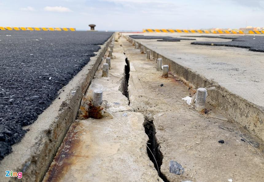Vết nứt dọc kéo dài trên cầu cảng Bến Đình