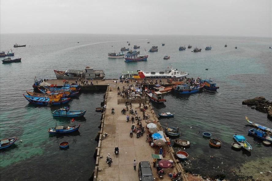 Cảng Lý Sơn quá tải gây khó khăn cho hoạt động tàu cá của ngư dân.