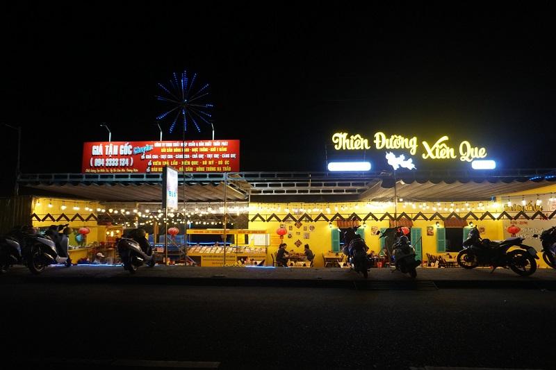 Các hàng quán tại chợ đêm Sông Trà.