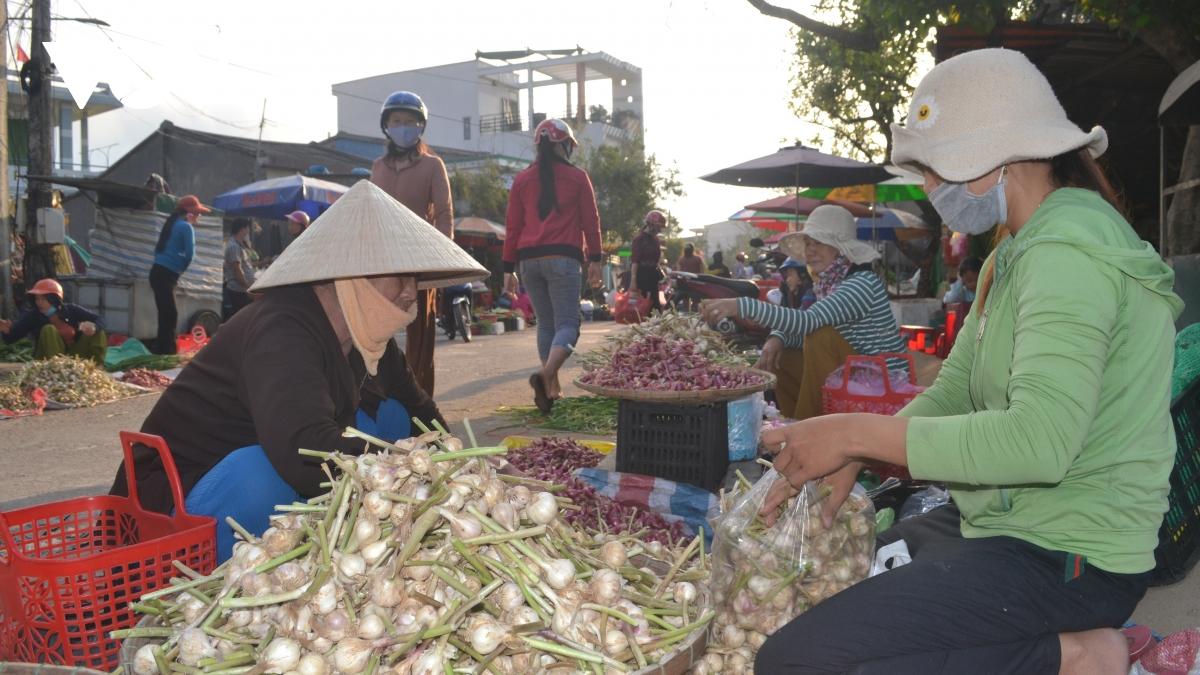 Tỏi nơi khác bày bán tràn lan tại chợ tạm An Vĩnh- Lý Sơn dễ gây nhầm lẫn cho người tiêu dùng.