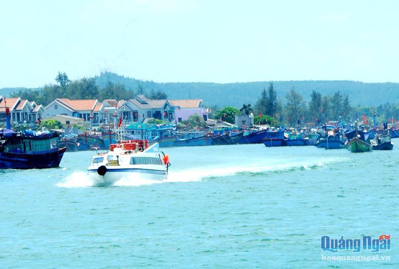 Một tàu cao tốc vận chuyển hành khách đến đảo Lý Sơn.