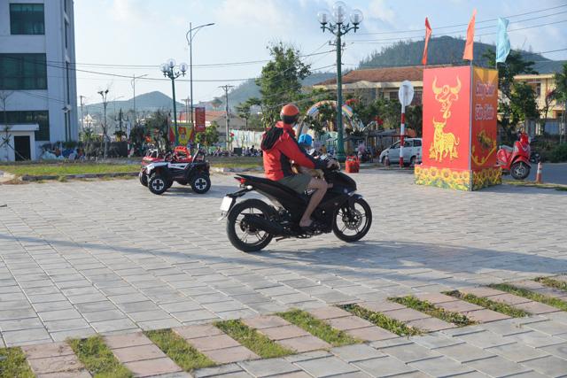 Cho rằng việc hư hỏng tại một số vị trí nền là do người dân đi xe máy vào.