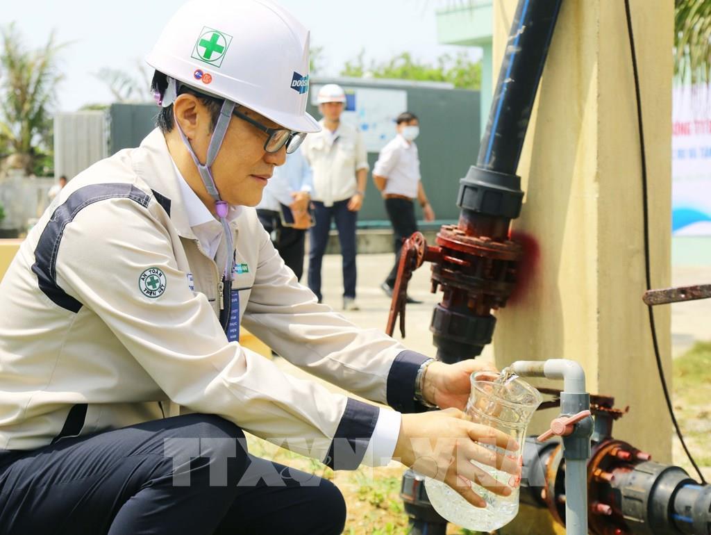 Nguồn nước được lọc từ nhà máy khử mặn do Doosan Vina trao tặng đảm bảo tiêu chuẩn hiện hành.