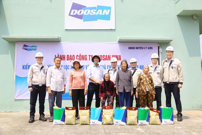 Lãnh đạo Doosan Vina tặng quà cho các hộ dân có hoàn cảnh khó khăn trên đảo An Bình